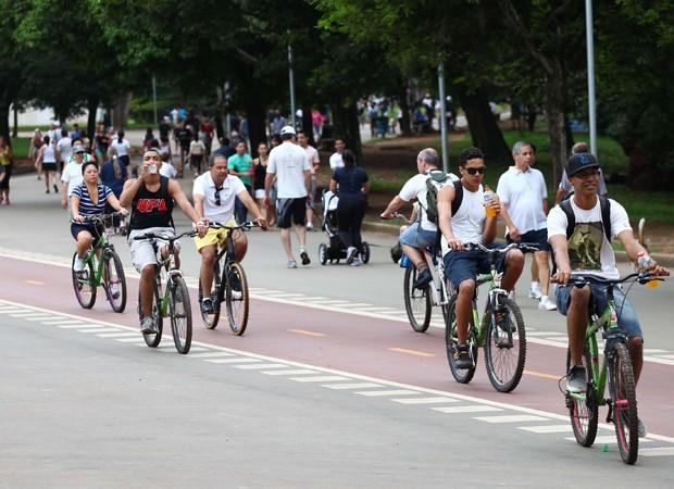 Dias quentes, como foi em 9 de dezembro, costumam atrair um grande número de pessoas ao Parque do Ibirapuera (Foto: Renato S. Cerqueira/Futura Press/Estadão Conteúdo)