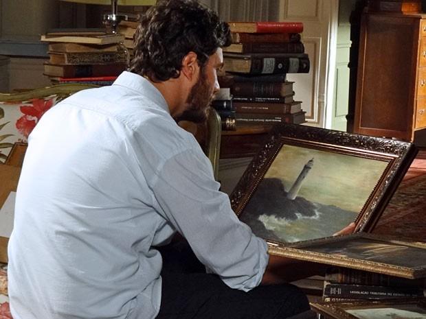 Rodrigo fica muito mexido com o farol da tela (Foto: Amor Eterno Amor/TV Globo)