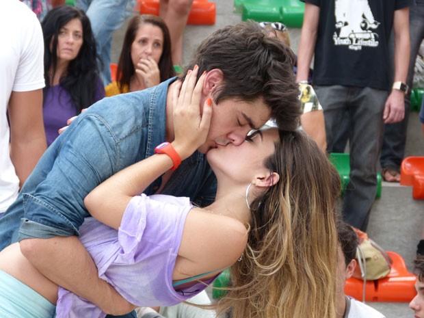 Fatinha pede e Vitor dá beijo de recompensa na garota. Curtiu? (Foto: Malhação / Tv Globo)