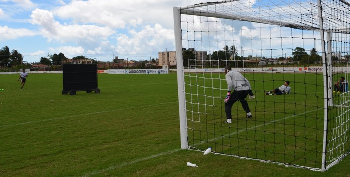 Pio batendo falta no Treino do Botafogo-PB, na Maravilha do Contorno (Foto: Amauri Aquino / GloboEsporte.com/pb)