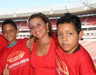 Funcionria se emociona na inaugurao (Aldo Carneiro / Pernambuco Press)