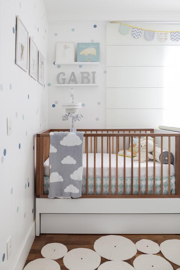 Cheio de tons claros, o quarto ganha cor no papel de parede de bolinhas coloridas (Foto: Julia Ribeiro/Divulgação)