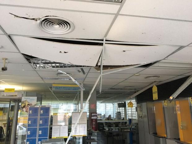 Agências atacadas em São Sepé ficaram destruídas pela explosão (Foto: Vanessa Backes/RBS TV)