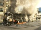 Ônibus pega fogo no bairro de Amaralina e fica totalmente destruído