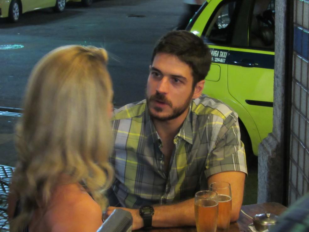 Zeca não gosta de ver outros homens olhando para Jeiza (Foto: Anny Ribeiro/Gshow)