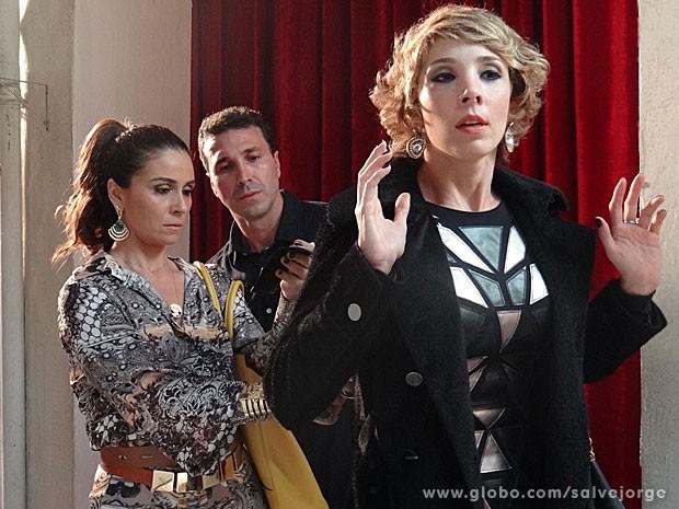 Helô rende Riva e descobre que ela é da polícia internacional (Foto: Salve Jorge/TV Globo)
