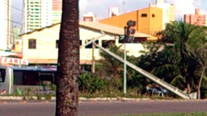 Poste ficou danificado com a colisão (Foto: Tenente da PM Styvenson Valentim/G1)