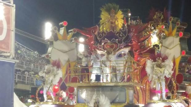 Ivete Sangalo puxando o samba na avenida (Foto: ego)