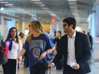 Grazi Massafera embarca no aeroporto do Rio com o namorado