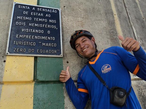 Valdeni Pinheiro faz pose e comemora o feito na Linha do Equador após circular de bicicleta por 26 capitais e pelo Distrito Federal em 230 dias (Foto: Arquivo Pessoal/Valdeni Pinheiro Alves)