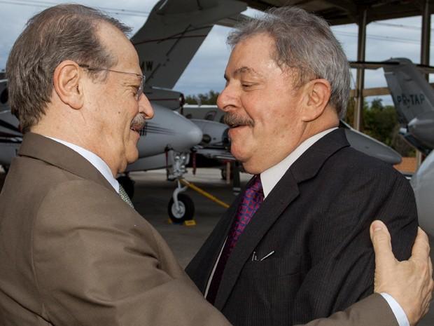 Lula é recebido por Tarso na chegada a Porto Alegre para evento do PT (Foto: Caco Argemi/Palácio Piratini)