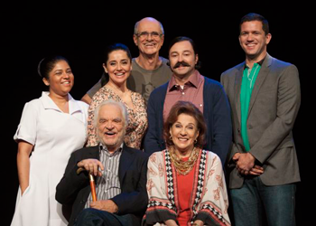 O diretor Marcos Caruso com o elenco da peça (Foto: Paula Kossatz)