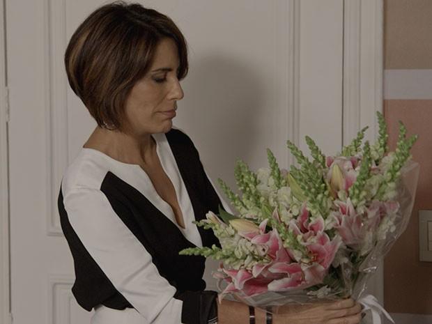 Beatriz recebe flores de Otávio (Foto: TV Globo)