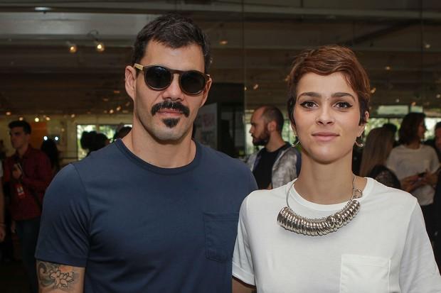 Juliano Cazarré vai com a esposa Leticía Bastos na SPFW (Foto: Raphael Castello/AgNews)