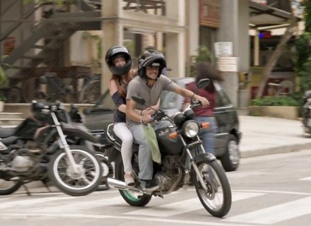 Teaser: Jonatas leva Eliza de moto para concurso