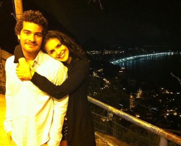 Thiago e Paloma comemorando o primeiro Dia dos Namorados no morro do Vidigal (Foto: Arquivo Pessoal)