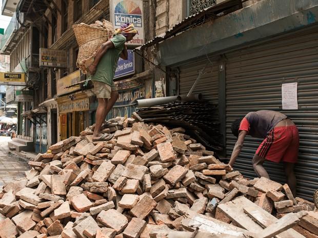 Retirada dos entulhos em Catamandu, na capital, é feita manualmente (Foto: Rafael Saes/Divulgação)