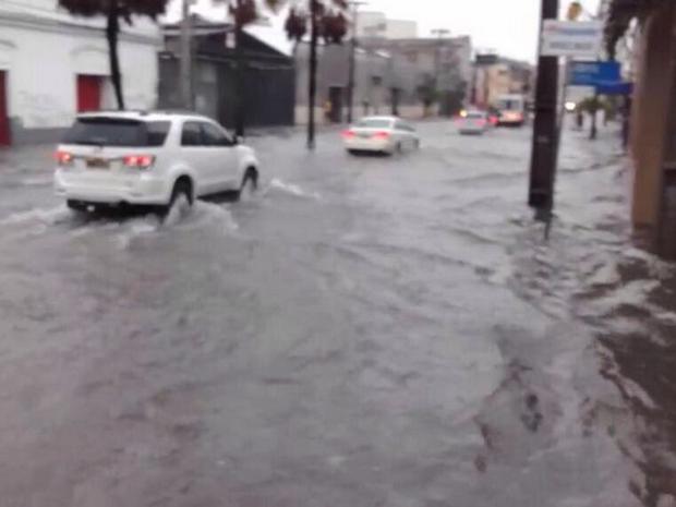 Avenida Pessoa Anta no Bairro Praia de Iracema está alagada. Muitos motoristas desistem de passar pelo local (Foto: Felipe Holanda/Arquivo Pessoal)