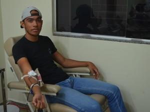 Renan Macedo, 18 anos, decidiu tornar um doador de sangue para ajudar as pessoas. (Foto: Pâmela Fernandes/G1)