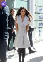 Look do dia: Selena Gomez aposta em maxicolete off-white para passear