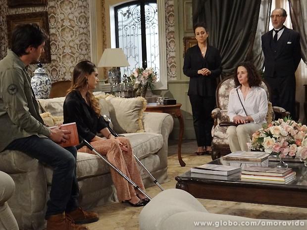 Depois de ser destratada por Leila, a vidente decide ir embora... (Foto: Amor à Vida / TV Globo)