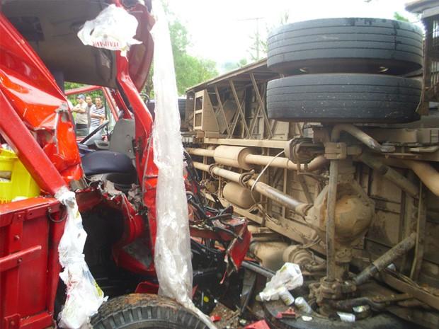 Rogério Brasil / Opopular.net (Foto: Ônibus foi atingido por caminhão que transportava cervejas)