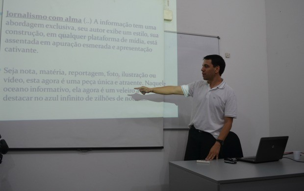 Benedito Teles, gerente de jornalismo da TV Rondônia, ministra oficia de produção jornalística (Foto: Thiago Cabral)