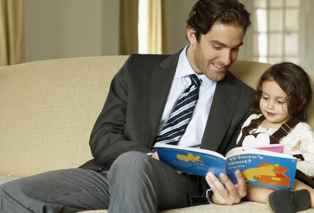 Pai; leitura; livro; menina; criança; lendo (Foto: Thinkstock)
