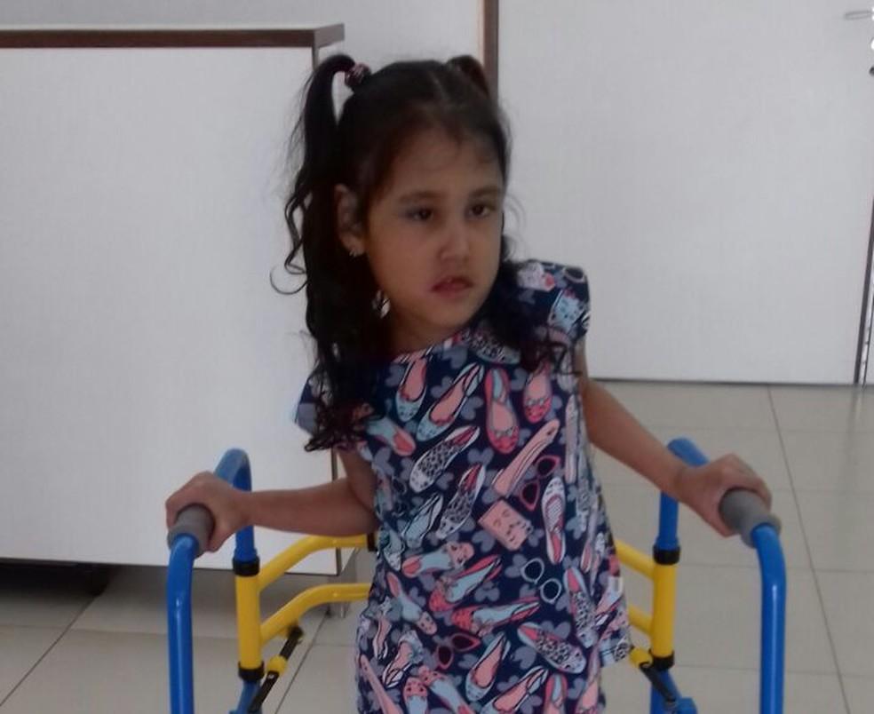 Maria Clara, de 7 anos, busca diagnóstico de cirrose hepática (Foto: Fabiola Figueiredo/Arquivo Pessoal)