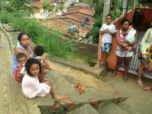 Após o deslizamento, família precisou ficar fora da residência (Foto: Natália Souza/G1)