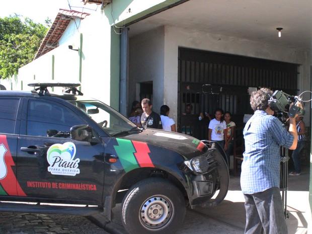 Instituto de Criminalística esteve no presídio para fazer a perícia no corpo da vítima (Foto: Patrícia Andrade/G1)