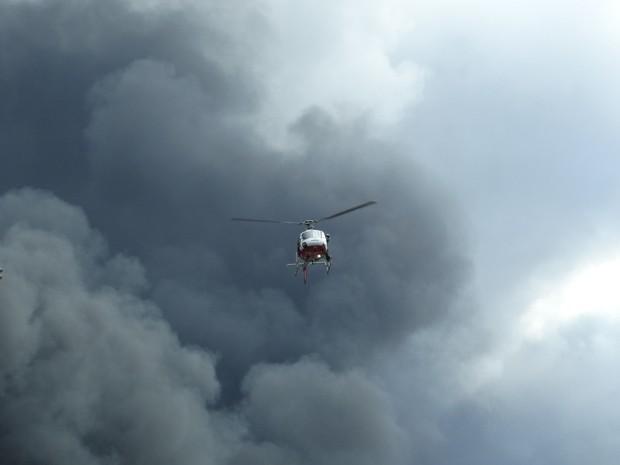 Helicóptero Águia da Polícia Militar presta apoio em Santos (Foto: Roberto Strauss / G1)