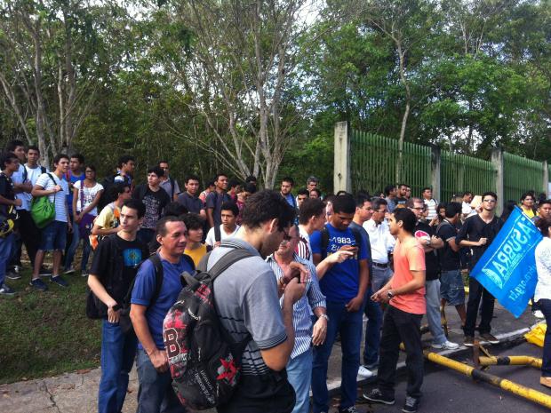 Alunos relutaram contra o bloqueio do acesso à universidade (Foto: Camila Henriques/ G1 AM)