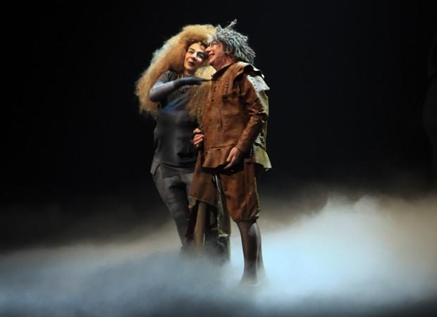 Rosi Campos e Marcos Nanini em cena de 'Ubu Rei' (Foto: Marcos Ribas/Brazil News)