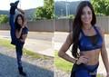 Aline Riscado abusa da flexibilidade e mostra seu look azul (Foto: Domingão do Faustão / TV Globo)