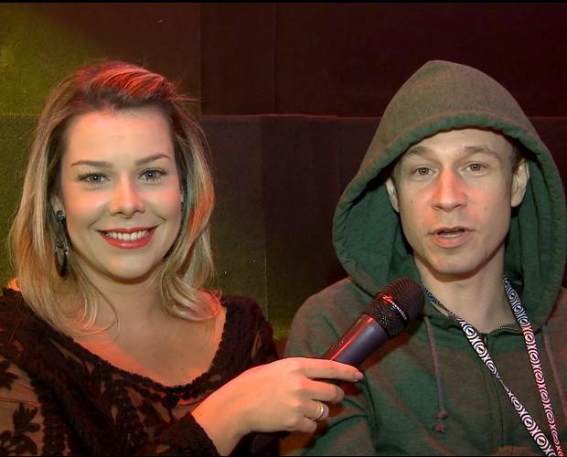 Fernanda Souza entrevista Tiago Leifert nos bastidores dos ensaios da fase Shows ao Vivo (Foto: The Voice Brasil/TVGlobo)