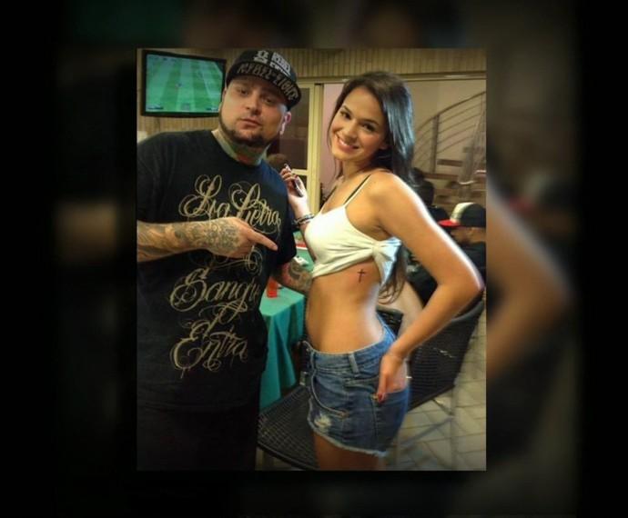 Bruna Marquezine ao lado do seu tatuador (Foto: Arquivo pessoal)