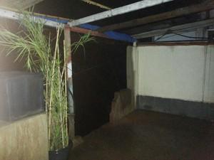 Dona Elieusa teve que quebrar a parede da casa para a água escoar (Foto: Fernanda Soares/ G1)