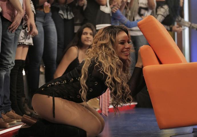 Dinah se esconde atrás de cadeira para surpreender Shayna (Foto: Inácio Moraes / Gshow)