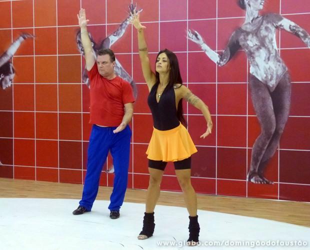 Garib aprende os primeiros passos da salsa (Foto: Domingão do Faustão/ TV Globo)