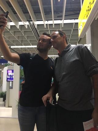 Rogério Ceni, do São Paulo, atende torcedor no Aeroporto de Guarulhos (Foto: Divulgação)