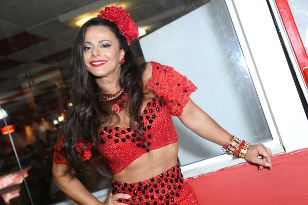 Viviane Araújo mostra corpo sarado com look à la espanhola em ensaio