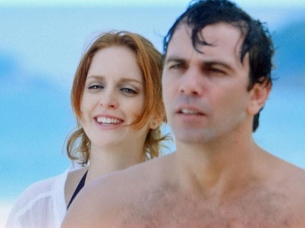 Kleber defende Priscila no meio da confusão (Foto: Amor Eterno Amor/TV Globo)