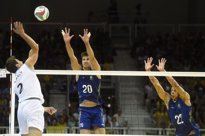 Com 2,17m, Renan salta para o bloqueio na vitória do Brasil sobre a Argentina nos Jogos Pan-Americanos (Foto: William Lucas/Inovafoto/CBV)