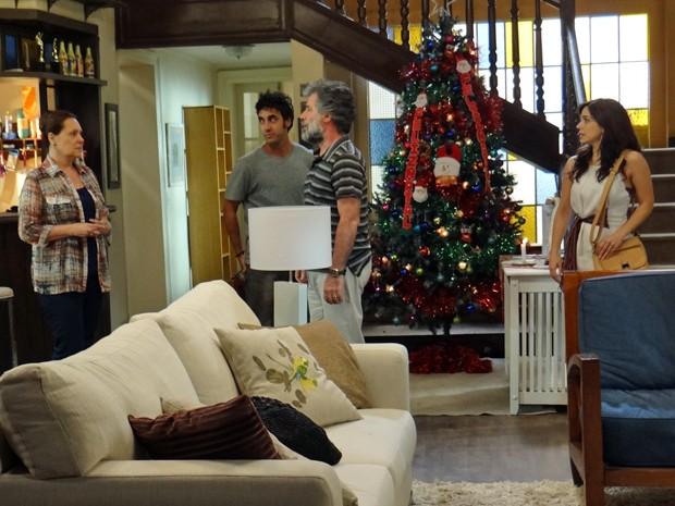 Manuel volta para casa e pede para falar a sós com a esposa (Foto: Gshow)