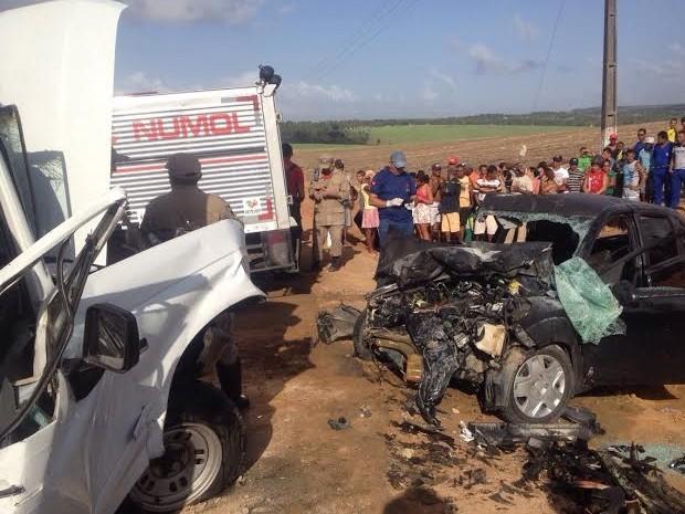 Acidente entre carro e caminhonete deixou dois mortos e três feridos em Caaporã (Foto: Walter Paparazzo/G1)
