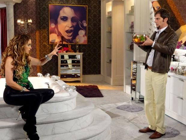 Chayene não desiste (Foto: Cheias de Charme / TV Globo)