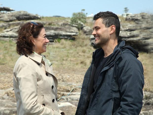 A esposa do José Alfredo fica muito amiga do forasteiro (Foto: Carol Caminha / TV Globo)