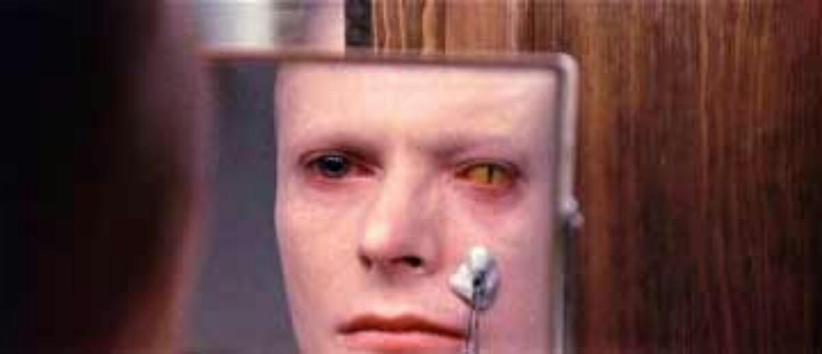 Bowie impagável em O Homem que Caiu na Terra (Foto: Divulgação)