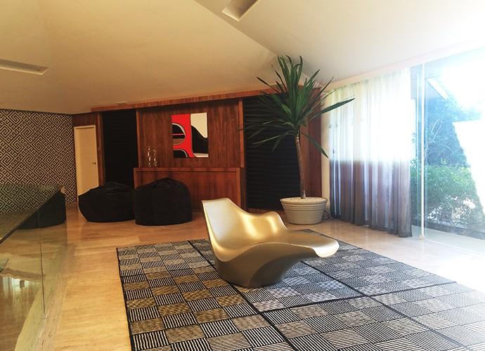 Mezanino e ao fundo o quadro do artista Mauricio Rolhlfs (Foto: Luciane Nicolino)